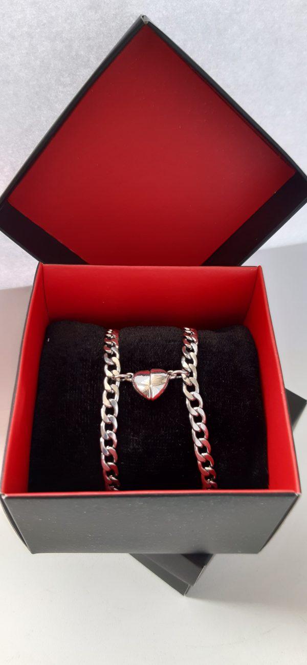 Браслеты парные Две половинки сердца магнит - два цепных браслета с магнитами. Изготовлены парные браслеты с магнитом сердечком из нержавеющей стали 316 L.Магниты притягиваются друг к другу - символизируя притяжение пары. Две половинки сердца - символизируют любовь пары. Характеристики: Материал:нержавеющая сталь (Stainless steel 316L) Размеры мужского браслета: - 19см+4 см Размеры женского браслета: - 16см+4, см Ширина браслета: -5мм Упаковка: подарочная коробка В наборе два браслета вподарочнойупаковке. Форма магнитов может быть незначительно изменена поставщиком